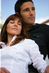 Portrait d'un homme près d'une femme fermant les yeux