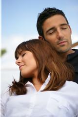 Portrait d'un homme et d'une femme fermant les yeux
