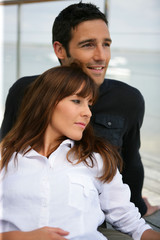 Portrait d'un homme et d'une femme assis face à la mer