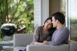 homme et femme assis sur un canapé en terrasse