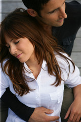 Portrait d'une femme fermant les yeux près d'un homme