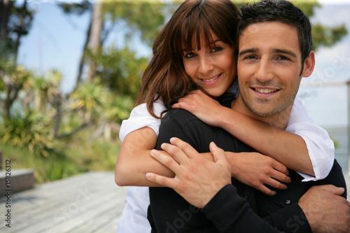 Portrait d'un homme et d'une femme souriants