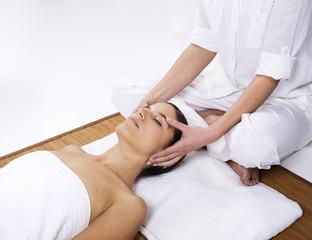 femmes massage du visage