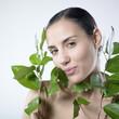 femme souriante avec plante