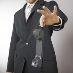 businessman tenant un téléphone avec répulsion