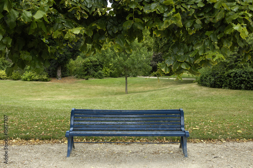 banc dans un jardin public de packshot photo libre de droits 15877107 sur. Black Bedroom Furniture Sets. Home Design Ideas