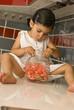Jeune fille mangeant des bonbons