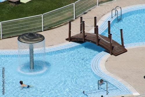 Piscina infantil con puente y chorros de agua de jose for Chorros para piscinas precios