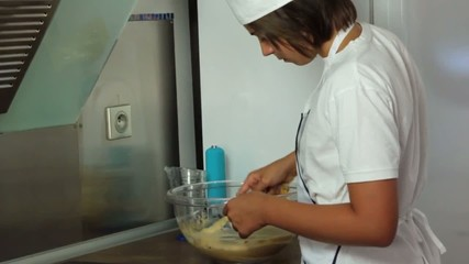 incorporer les pralines dans la pâte