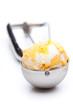 Eislöffel mit gelb weißer Kugel Eis