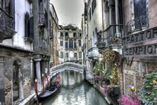 Gondola, byggnader och bro, Venedig, Italien