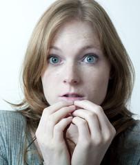 femme grands yeux bleu apeurée