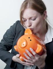 femme bisou cochon économie épargne