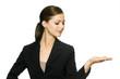 Geschäftsfrau präsentiert vor weißem Hintergrund