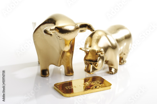 Bulle und Bär Skulpturen mit Goldbarren
