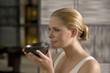 Deutschland, junge Frau mit Teeschale