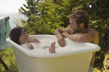 Junges Paar, Frau in Badewanne