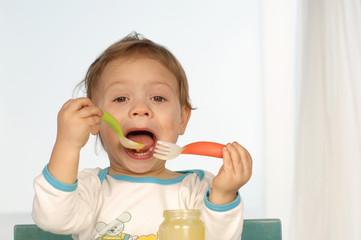 Kleines Kind, Mädchen isst Brei