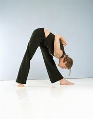 Frau macht Yoga, Position Prasarita Padottanasana
