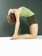 Junge Frau macht Yoga, in der Kamel Position