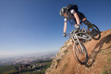Spanien, Sierra Nevada, Granada, Mountainbiker fährt bergab