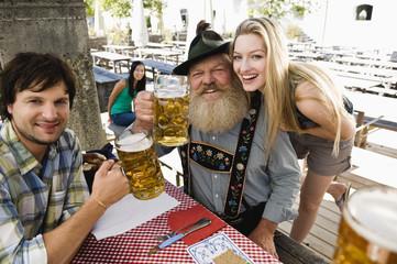 Deutschland, Bayern, Menschen in Biergarten