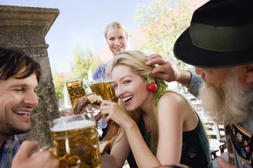 Deutschland, Bayern, Menschen in Biergarten, Kellnerin