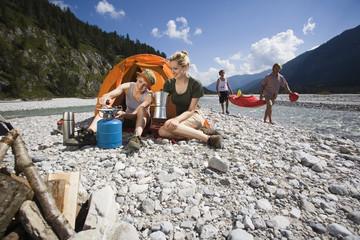 Deutschland, Bayern, Tölzer Land, Junge Freunde camping