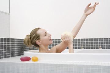 Frau jung, die Badewanne, Waschen Arm, Seitenansicht