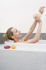 Frau jung, die Badewanne, Waschen Arme, Seitenansicht