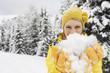 Italien, Südtirol, Frau jung mit Schnee spielen, Porträt