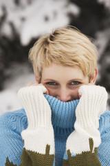 Italien, Südtirol, Frau jung, Gesicht mit Rollkragenpullover bedecken, Portrait, close-up