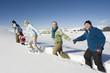 Italien, Südtirol, Seiseralm, Familie spazieren laufen im Schnee