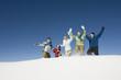 Italien, Südtirol, Seiseralm, Familie spazieren laufen im Schnee, jubeln