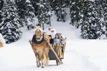 Italien, Südtirol, Seiseralm, Santa Weihnachtsmann und Kinder, Schlittenfahrt