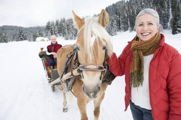 Italien, Südtirol, Seiseralm, Frau, Seniorin, Pferd, Mann sitzen im Pferdeschlitten, Lächeln, Portrait