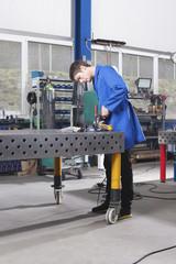 Deutschland, Neukirch, Lehrling arbeiten an Werkbank