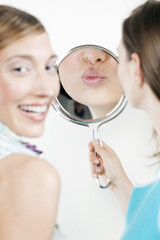 Frau blicken Blick in den Spiegel