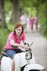 Deutschland, Bayern, Junger Mann auf Moped, Personen