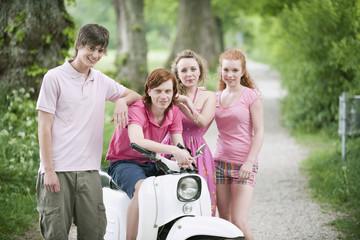 Deutschland, Bayern, Vier Freunde, die mit dem Moped, Portrait