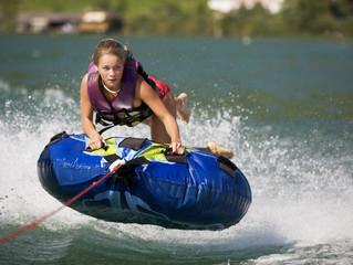 Österreich, Mondsee, Mädchen Teenager Reiten Wasser Schlitten