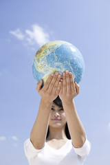 地球儀を持つ女性