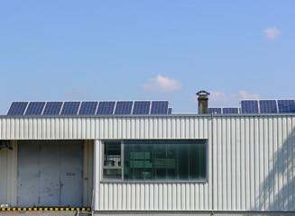 Solarzellen auf Firmendach