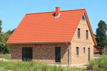 Einfamilienhaus Neubau rotes Ziegeldach, Deutschland