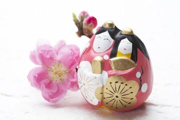 ひな人形と桃の生花