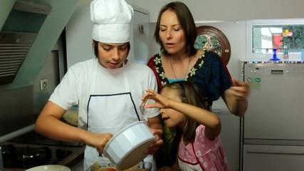mère et fille goûtant les fruits du tiramisu