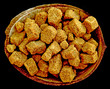 sucre roux en morceaux dans noix de coco sur fond noir