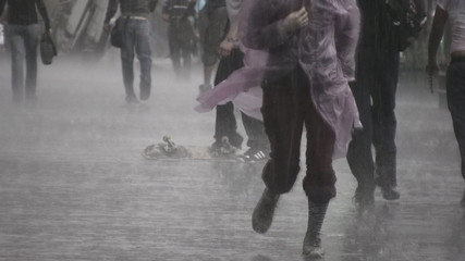 Jovenes bajo la lluvia