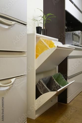 キッチンから分別ゴミ