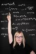 studentin vor tafel mit mathematik formeln